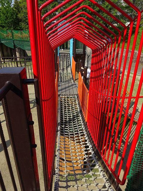 とりで広場の大形遊具の回廊ロープ渡り