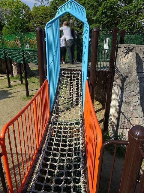 とりで広場の大形遊具のロープ渡り2