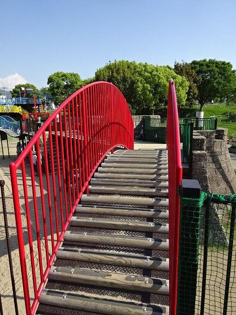 回廊の丸太橋