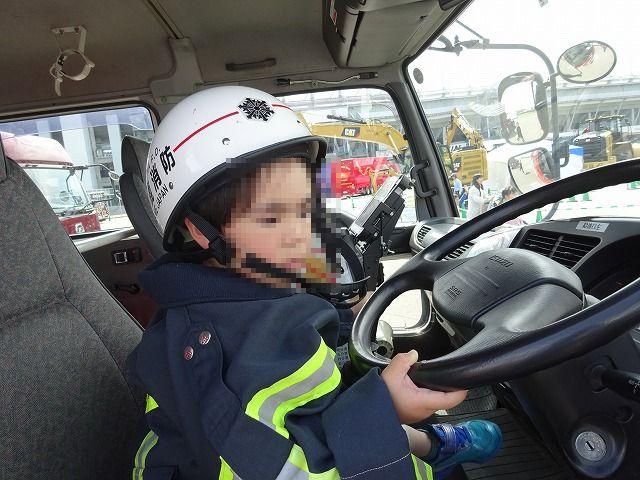 働く車 消防車の運転席