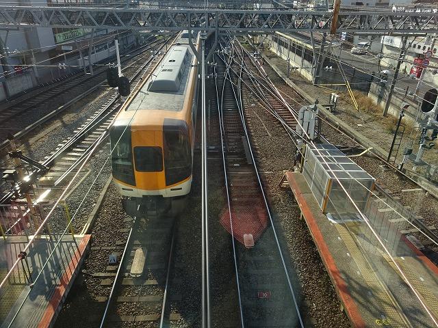 大和西大寺駅展望台デッキから見る近鉄特急2