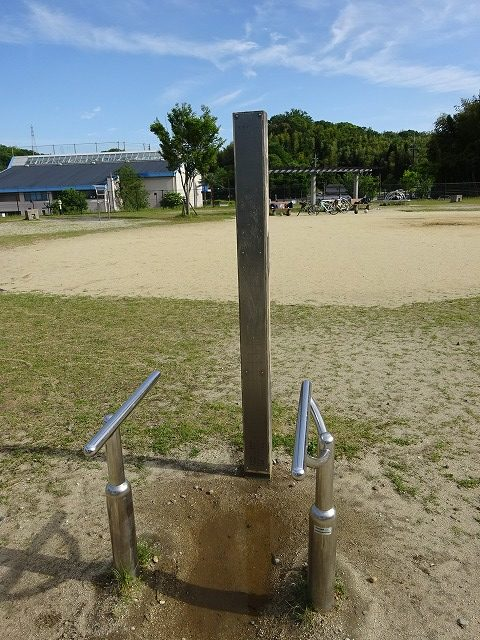 田辺公園健康広場足上げストレッチ器具