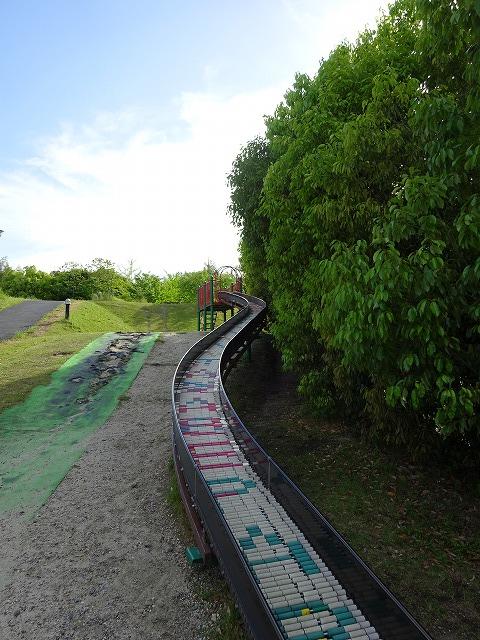 田辺公園こども広場の遊具ローラーすべり台を下から