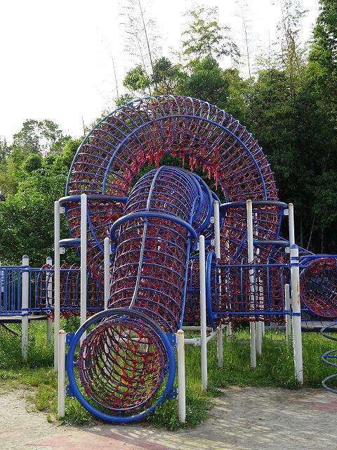 田辺公園こども広場の遊具リングトンネル2