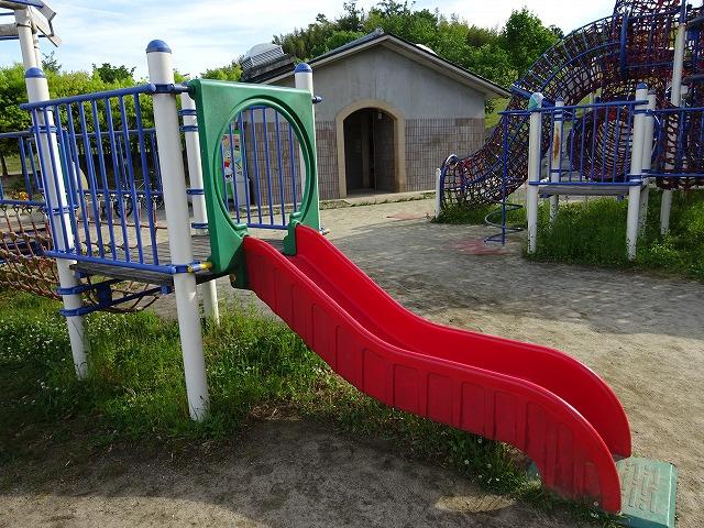 田辺公園こども広場の多目的遊具のミニすべり台