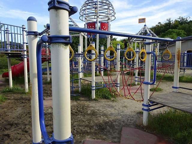 田辺公園こども広場の多目的遊具の吊り輪