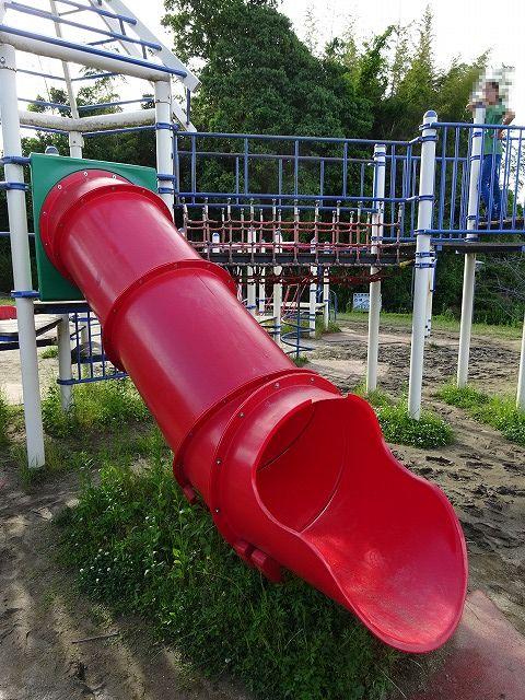 田辺公園こども広場の多目的遊具のチューブスライダー