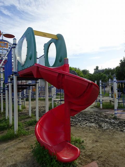 田辺公園こども広場の多目的遊具のスパイラルスライダー