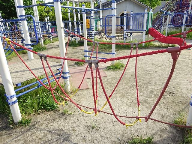 田辺公園こども広場の多目的遊具ロープ渡り