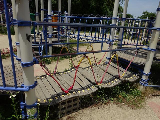田辺公園こども広場の多目的遊具グラグラ橋