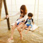 ラッシュガードレディース用を着る女性と子供