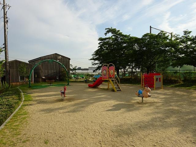 八幡市民スポーツ公園のちびっこ広場の遊具小さなお子さん向け