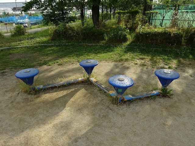 八幡市民スポーツ公園のちびっこ広場の遊具小さなお子さん向けステップ