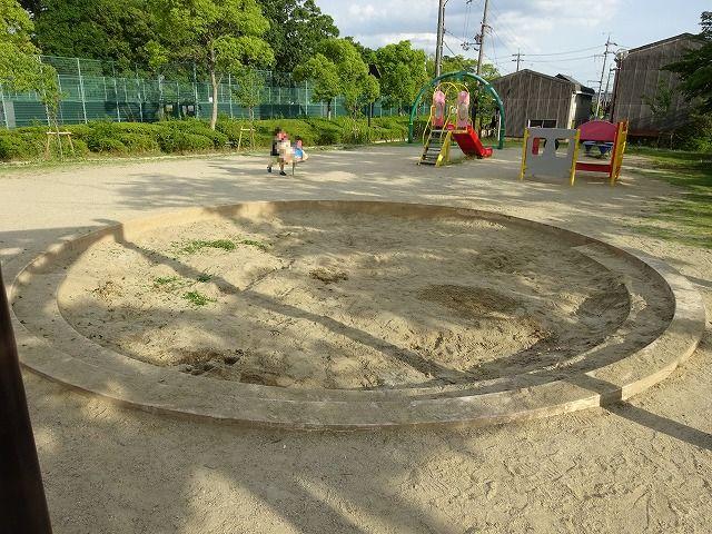 八幡市民スポーツ公園のちびっこ広場の遊具の砂場