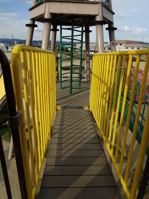 八幡市民スポーツ公園のちびっこ広場の遊具スロープ