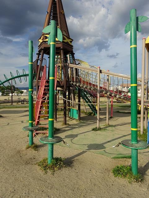 八幡市民スポーツ公園のちびっこ広場遊具ウェーブスライダー