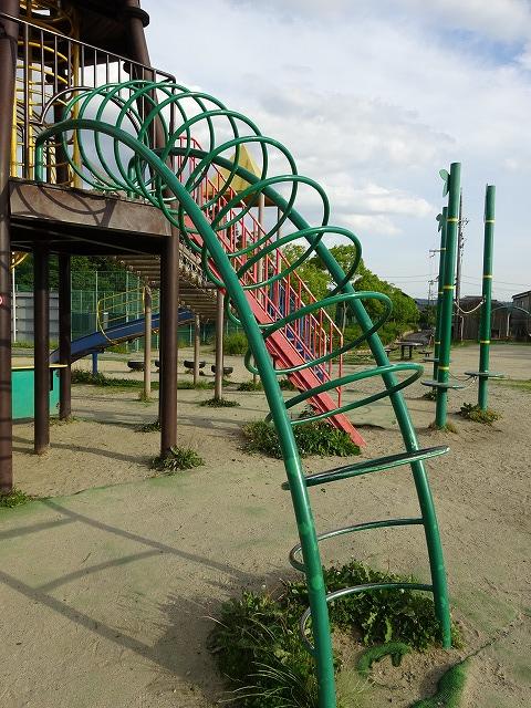 八幡市民スポーツ公園のちびっこ広場の遊具リングトンネル