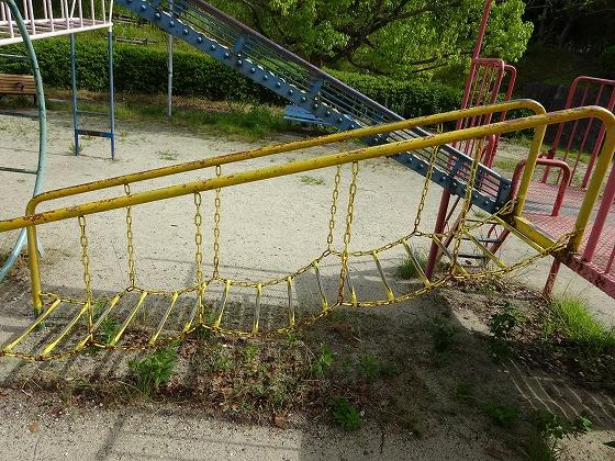 田辺公園の遊具ヒコーキランドの吊り橋