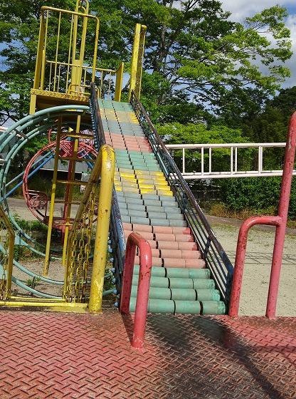 田辺公園の遊具ヒコーキランドのすべり台1