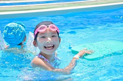 プールで遊ぶ子どもたちの夏休み