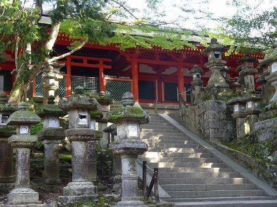 春日大社の燈籠と階段