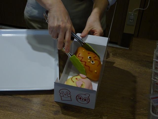 ジャムおじさんのパン工場神戸店のパン詰めの様子